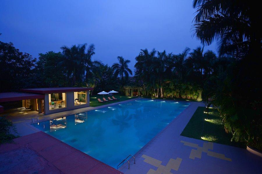 Privatreise Indien, Pool bei Nacht, Sinclairs Retreat Dooars, Chalsa, Indien